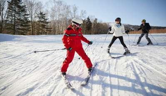 How is skiing training done in Bansko?